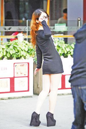 昨日下午,气温骤升,中山路拍照的女孩穿得很清凉。记者 常海军 摄