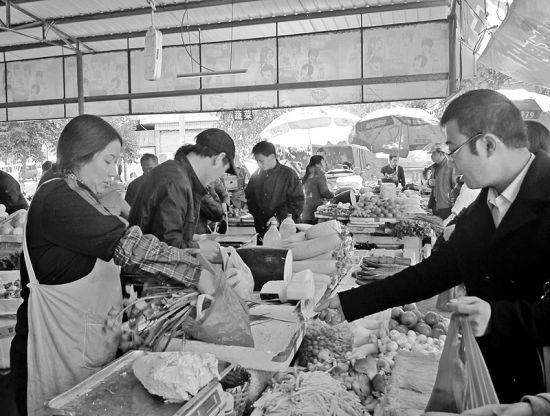"""三明乾龙市场里有对卖菜夫妻主动""""送你葱"""""""