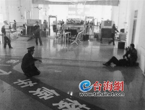 民警在现场耐心劝解该男子(网络供图)