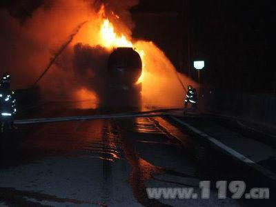 福银高速三明将乐段油罐车隧道内追尾起火