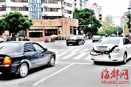 眼看距新规实施仅剩四五天,昨日,福州杨桥路与通湖路交叉路口还有不少车闯黄灯