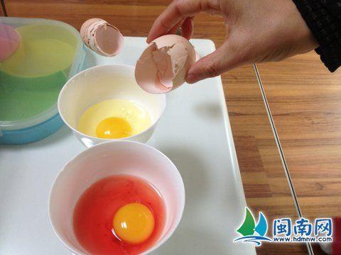 红色蛋清(前)与普通蛋清对比明显