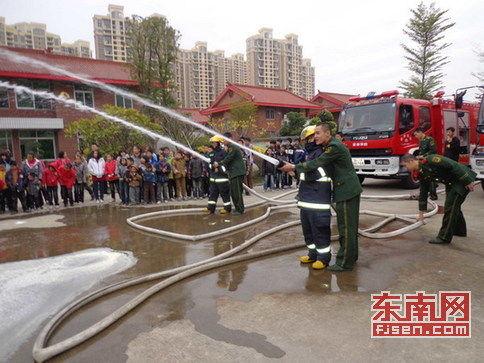 莆田特勤消防官兵组织学生试穿战斗服,体验灭火演练