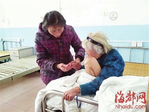 女儿吴凤英拉着母亲的手痛哭,老人也泣不成声
