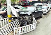 福州吸毒男驾豪车 闹市连撞近20辆车