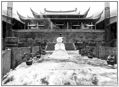 1974年2月,福州鼓山积雪3天,有人在涌泉寺门口堆雪人(资料图片)