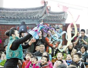 庄晏红在厦门少儿图书馆开办的布袋戏体验课上进行精彩表演,吸引众多家长和孩童。