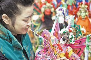 一尊尊木偶在庄晏红灵巧的双手下诞生。