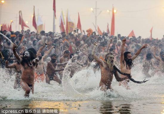 印度大壶节恒河千人裸身沐浴清洗罪孽(组图)