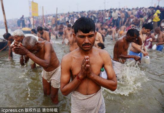 印度大壶节 千人恒河沐浴清洗罪孽