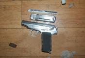 莆田90后女孩带双枪福州贩毒 被抓时子弹已上膛