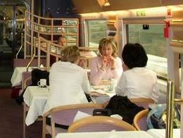 去餐车,买点价格比较便宜的食品慢慢的吃。能拖多久是多久~
