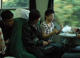 套近乎,与有座乘客聊聊,就蹭到座了~