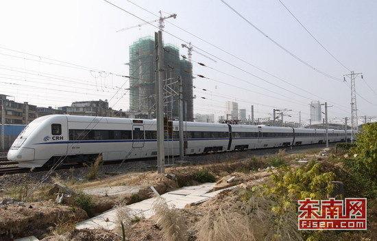春运期间,福建省境内开行图定始发列车118对,节前准备开行临客16对。