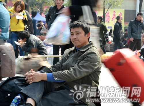 旅客在广场候车。