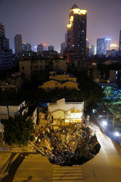 组图:广州发生地陷路边商铺陷落