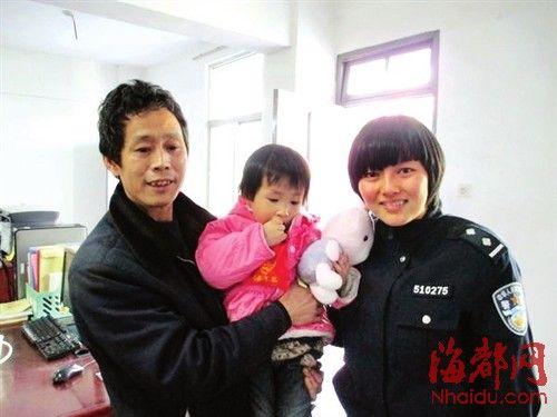 女孩的外公从民警手中领回走失的外孙女