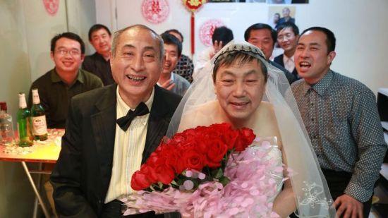 组图:老年男同性恋者北京高调完婚