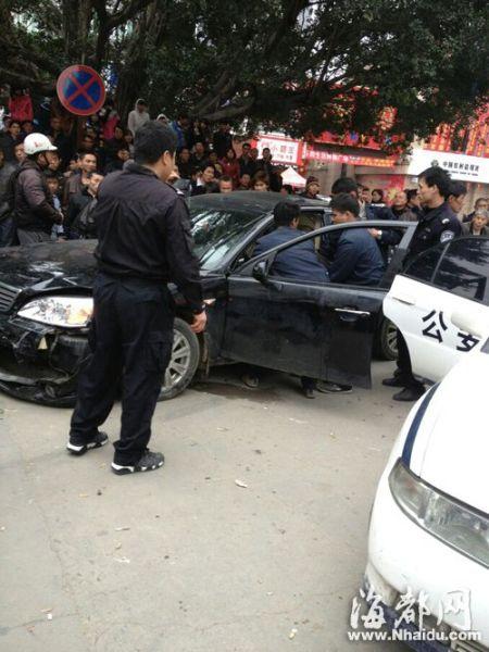 肇事后,司机仍醉酒不醒,被协管员从车上抬出