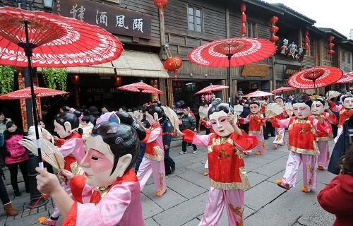 2月13日,演员在福州三坊七巷南后街进行民俗表演。新华社记者林善传摄