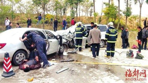 漳州诏安境内,小型商务车与小轿车迎面相撞