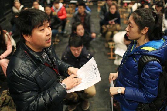2月17日,考场工作人员(左)在为考生登记。