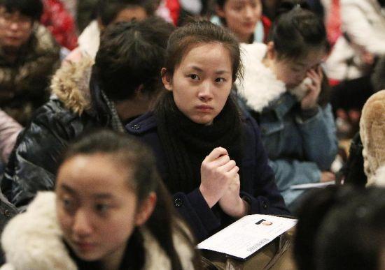 2月17日,考生在等待进入考场考试。