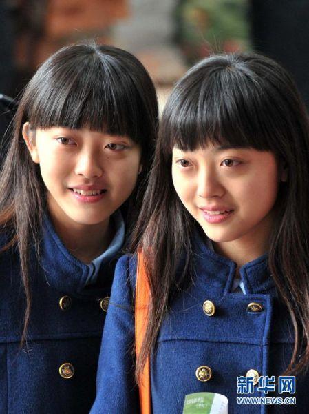 2月17日,一对姐妹在北京电影学院报名。
