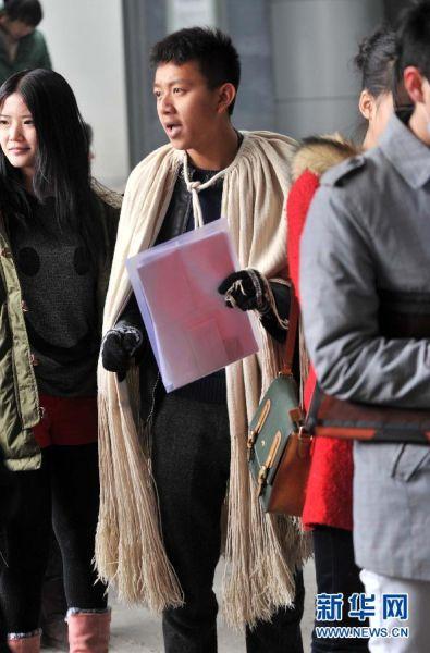 2月17日,一名报考北京电影学院表演学院的少数民族考生身着民族服饰参加现场确认。