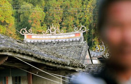 村里观音亭屋檐雕刻以日月为主