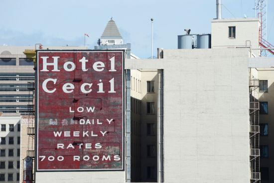 一名工作人员站在Cecil酒店的屋顶水箱上