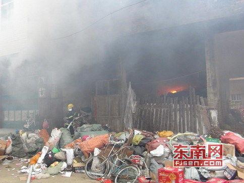 涵江区四十米路旁一废品站发生火灾
