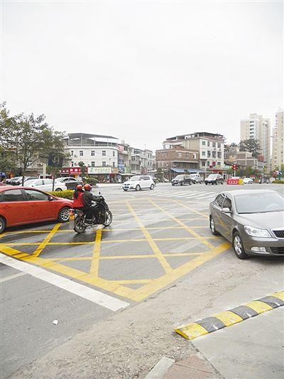一些车主在红灯亮时仍将车开进黄网格内。