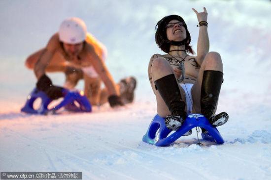 德国裸体滑雪比赛参赛者演绎雪域性感(组图)