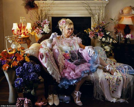 妓院老板苏赛特女士盛装打扮。