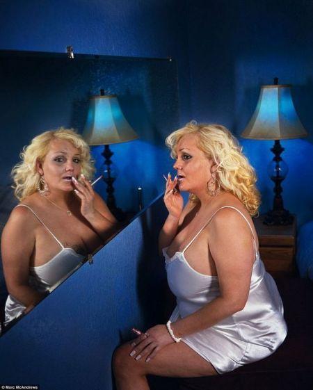 西蒙妮在顾客到来前精心打扮自己。
