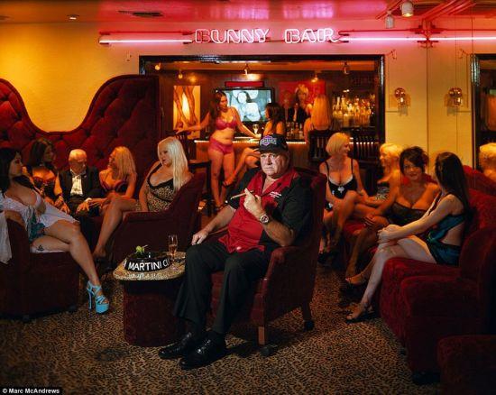 丹尼·霍夫坐在Bunny Ranch妓院内,他与其他3家妓院的老板大肆宣传其俱乐部的魅力。