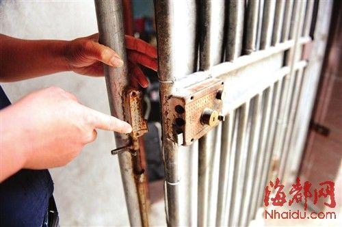 钟先生说,他家的院门锁被人破坏