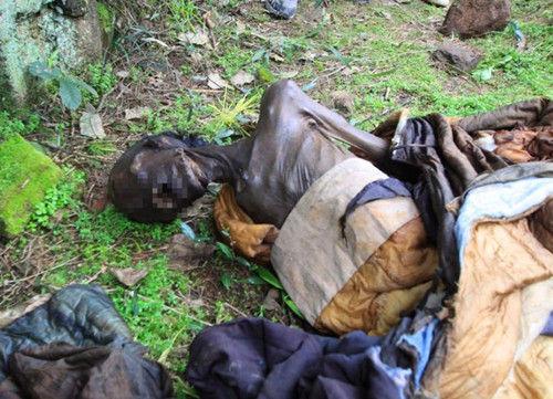 2012年3月19日,福建宁德霞浦,被拖出古墓的干尸。(资料照片)