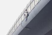 厦门:路人起哄刺激男子跳BRT