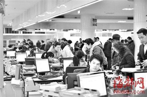 福州房地产交易中心挤满了前来过户的市民