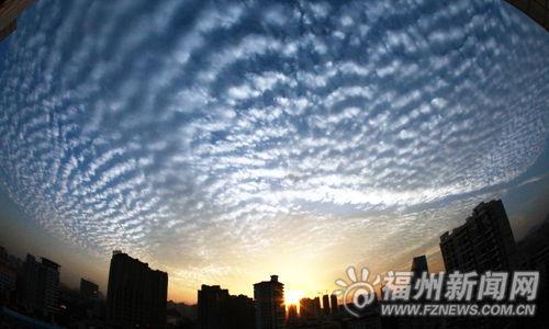 4日傍晚,霞光与云彩映出福州天边一道美景