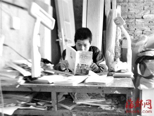 小鹏要到新学校读书了,他正在家复习功课