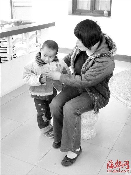 小孩很懂事,不哭不闹,喜欢和童阿姨撒娇