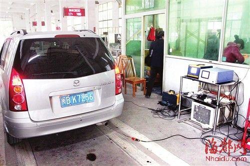 一辆小车正在接受尾气检测