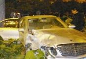 厦门奔驰车主酒驾被查撞警车