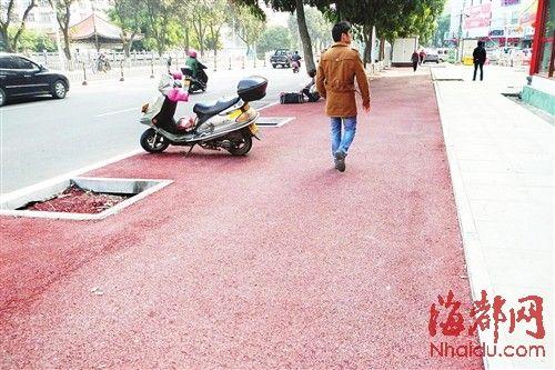 棕红色的自行车道,成街头一景