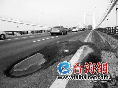 大桥桥面老化,有不少坑洼