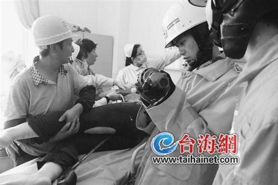女子高空坠钢筋直插体内 消防员协助医院解救她