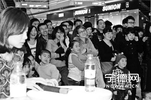 现场观众被逗得开怀大笑。
